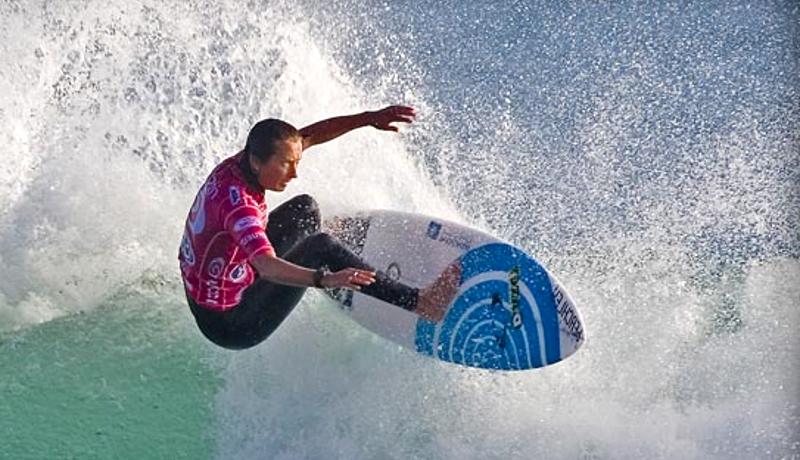 Laine surfing wave