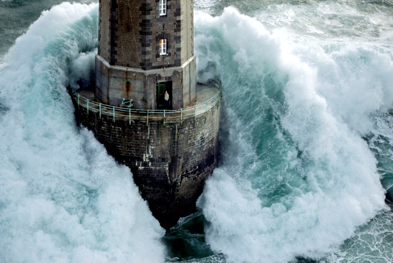 Wave hits lighthouse